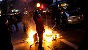 Randalierer werfen Flaschen und Steine, Polizei setzt Pfefferspray ein