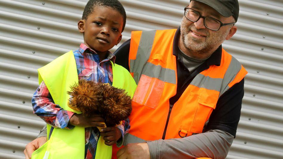 Der vierjährige Eden und Müllwerker Bogdan Wilda