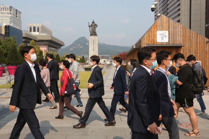 Das Tragen eines Mund-Nasen-Schutzes ist in Südkorea auch unter freiem Himmel Alltag