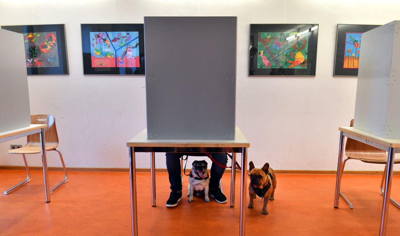 Landtagswahl in Thüringen - Stimmabgabe/ Wahlkabine
