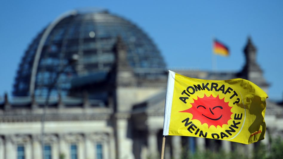 """Protest in Berlin gegen Laufzeitverlängerung: """"Sorgfalt vor Eile"""""""