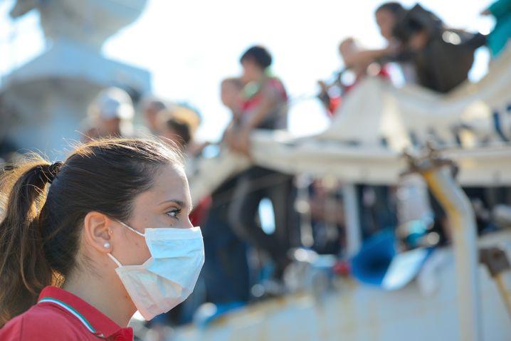 Eine Ärztin wartet im Hafen von Augusta auf Flüchtlinge