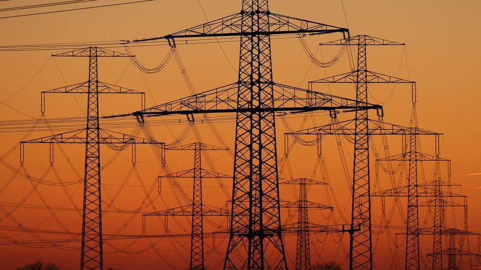 Strommasten: Trockenheit macht Kraftwerken zu schaffen