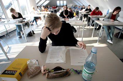 Schüler beim NRW-Abitur (in Essen): Unlösbare, fehlerhafte, schwer verständliche Aufgaben