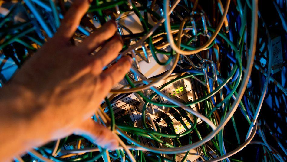 Kabel in einem Serverschrank: Wachsende Skepsis gegenüber der Cloud