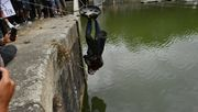 Demonstranten werfen Statue von Sklavenhändler in Hafenbecken