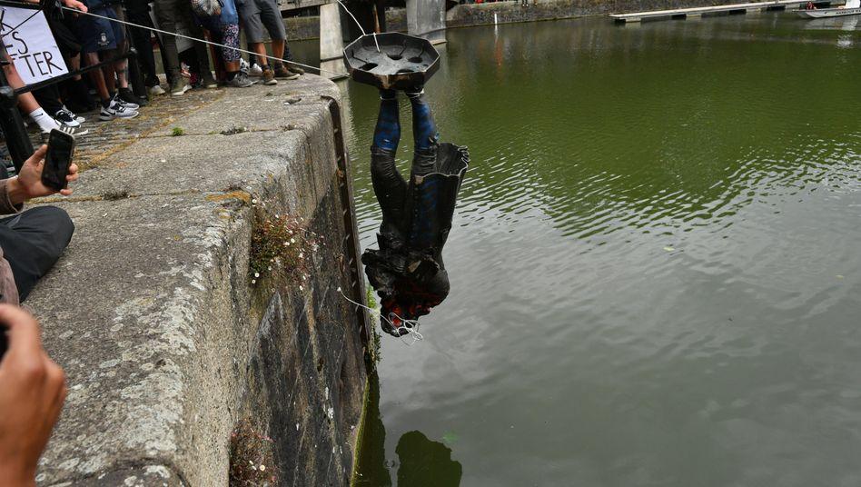 Denkmalsturz in Bristol vom Juni 2020: Demonstrierende stürzen die Statue von Sklavenhalter Edward Colston ins Hafenbecken