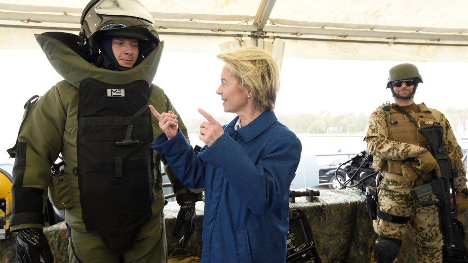 Ursula von der Leyen mit Bundeswehrsoldaten