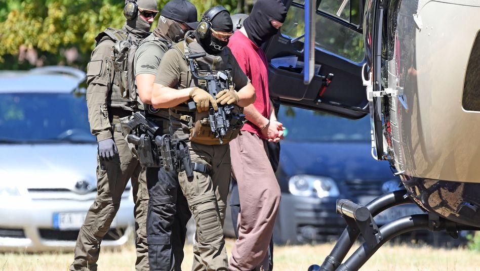 Polizisten mit Tatverdächtigem Stephan Ernst (Archiv): Waffen im Erddepot