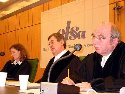 Beurteilen Rhetorik und Argumentation: Richter während der Verhandlung