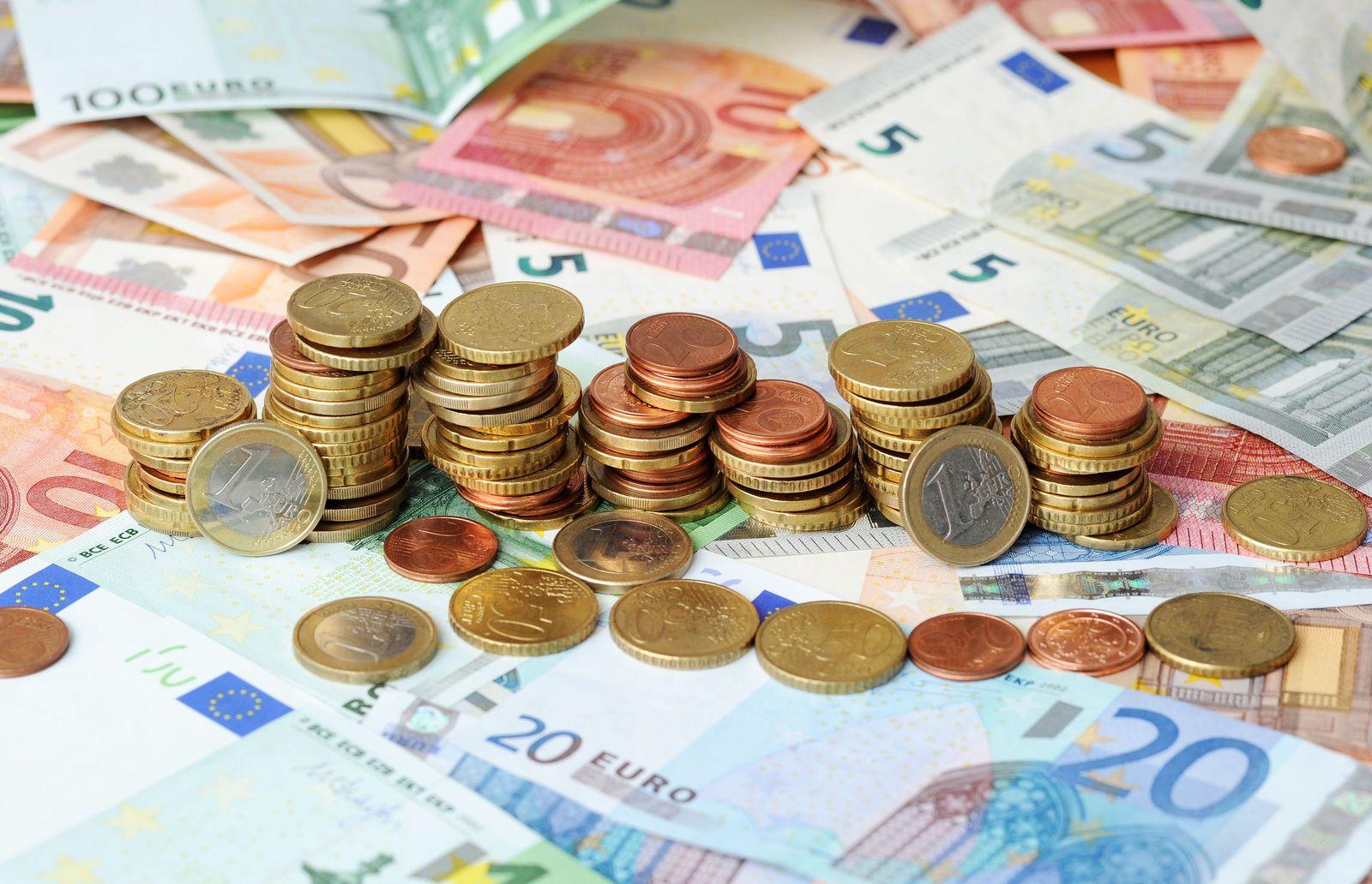 Geld / Münzen / Euro-Scheine / Steuererklärung / Steuersparen / Steuer