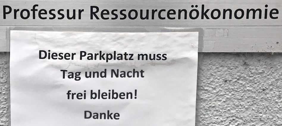 Hinweis an einem Parkplatz vor der Technischen Hochschule Zürich