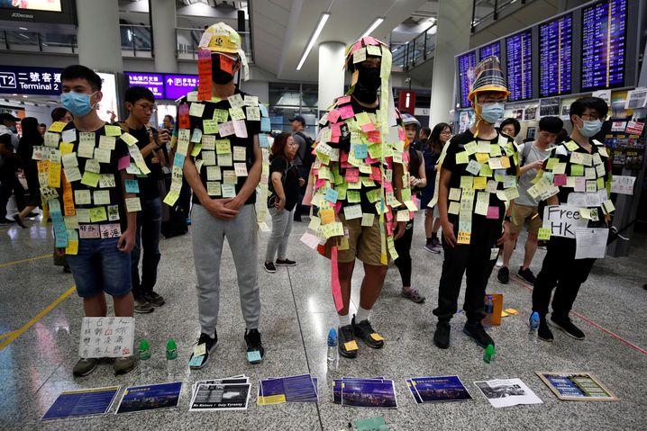 """Demonstranten am Hongkonger Flughafen: """"Unerträglich für alle"""""""