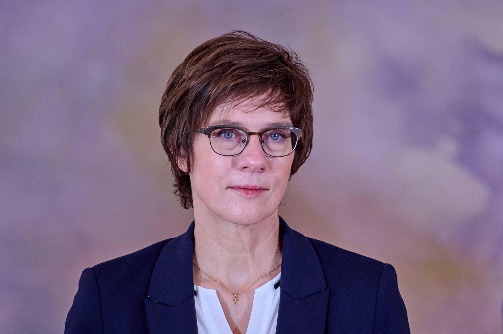 Bundesverteidigungsministerin Annegret Kramp-Karrenbauer anlässlich der Verleihung des Verdienstkreuzes 1. Klasse an Bri