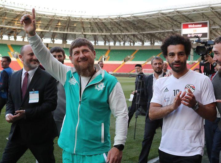 Ramsam Kadyrow (l.) und Superstar Mohamed Salah