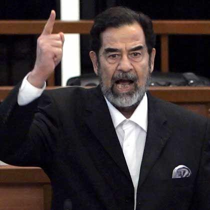 Iraks Ex-Präsident Saddam (am Tag der Urteilsverkündung im November): Tod durch Erhängen statt durch Erschießen