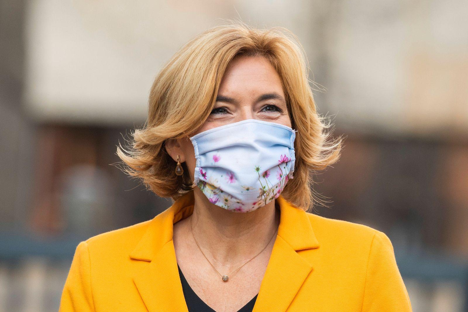 Bundesministerin Julia Klockner kommt zur Vorstellung der Einfuehrung der Nutri-Score mit Mundschutzmaske im Bundesmini