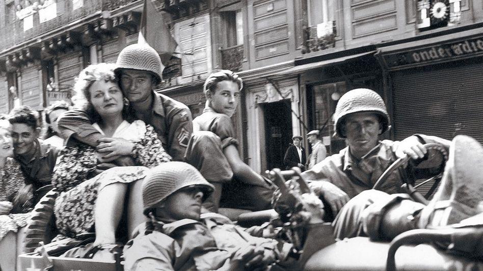US-Soldaten mit Französinnen 1944 in Paris: Zeit für eine Belohnung