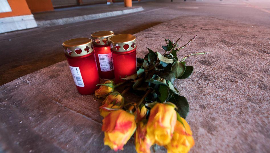 Blumen und Kerzen am Dortmunder Tatort