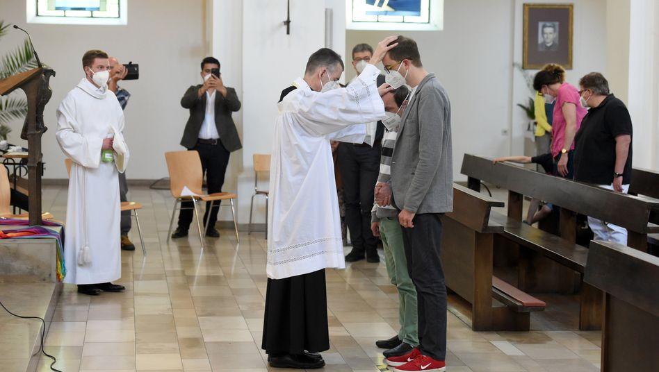 Katholische Kirche: Geistliche segnen bei Aktion »Liebe gewinnt«  homosexuelle Paare – und lösen Debatte aus - DER SPIEGEL