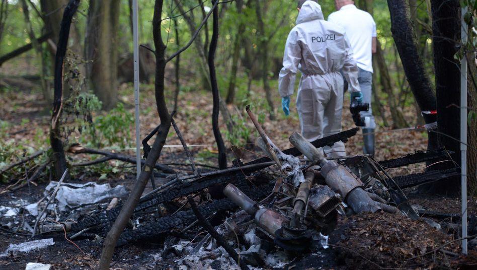 Wrack im Wald bei Karlsruhe: Das Holz-Flugzeug brannte in wenigen Minuten aus