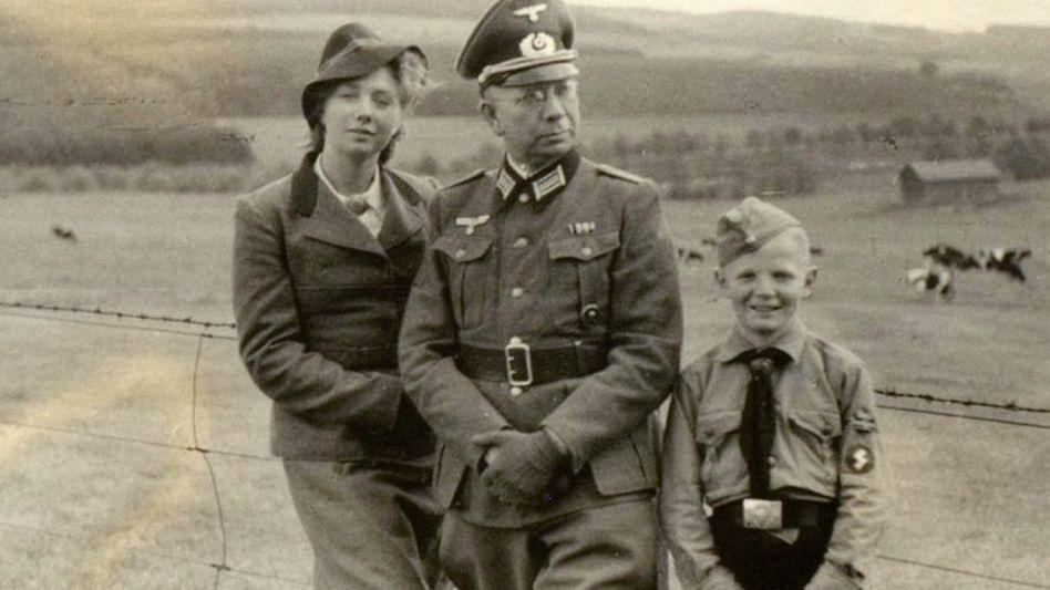 Unternehmer Karl Ströher in Wehrmachtuniform um 1942: »Die schönste Ehre des Deutschen ... Heil Hitler!«