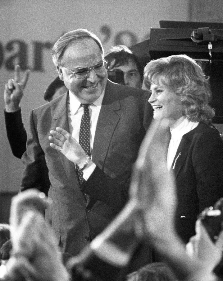 Der damalige Bundeskanzler Helmut Kohl und seine Frau Hannelore am 6. März 1983 in der CDU-Zentrale in Bonn. Die Koalition aus CDU/CSU und FDP hatte bei der Bundestagswahl 55,8 Prozent der Stimmen erreicht.