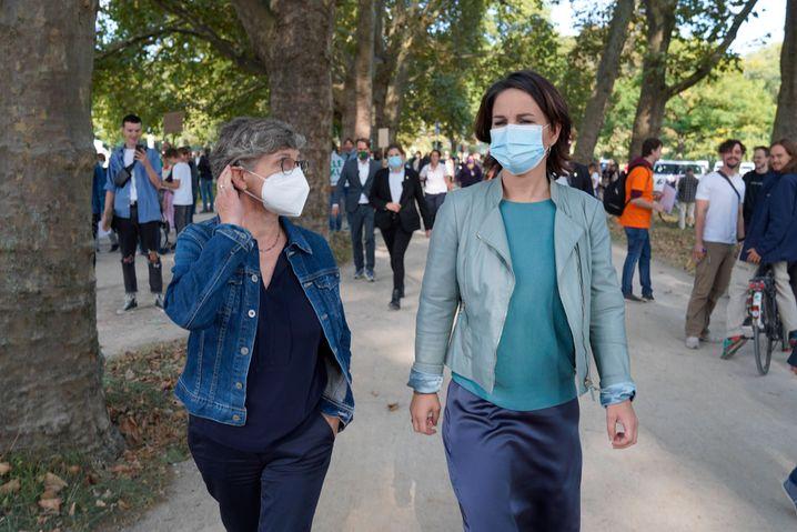 Britta Haßelmann und Annalena Baerbock in Köln: Noch vor dem eigentlichen Beginn des Protestmarschs verabschiedete sich die Grünen-Kandidatin wieder