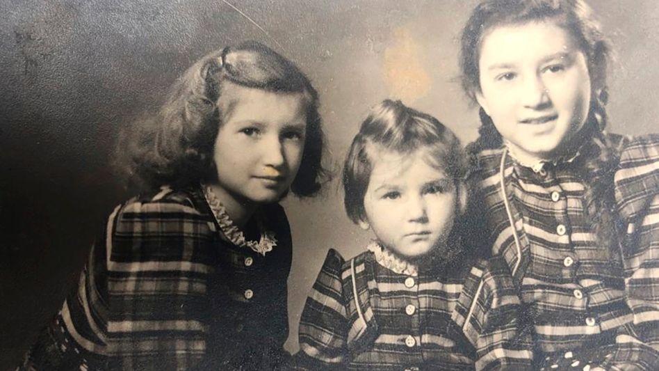 Roswitha Weiß mit ungefähr vier Jahren zwischen ihren beiden Schwestern. Das Foto wurde kurz vor der Kinderlandverschickung nach Schlesien gemacht und ist das einzige, das ihr aus dieser Zeit blieb.