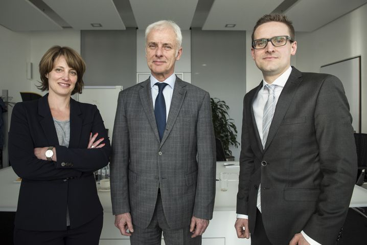 """Müller, SPIEGEL-Redakteure (Susanne Amann und Simon Hage) in der VW-Zentrale in Wolfsburg: """"Wir haben das wohl unterschätzt"""""""