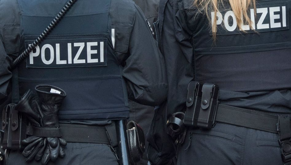 Polizisten in Frankfurt (Symbolbild): Polizeianwärter sollen rassistische Nachrichten verbreitet haben
