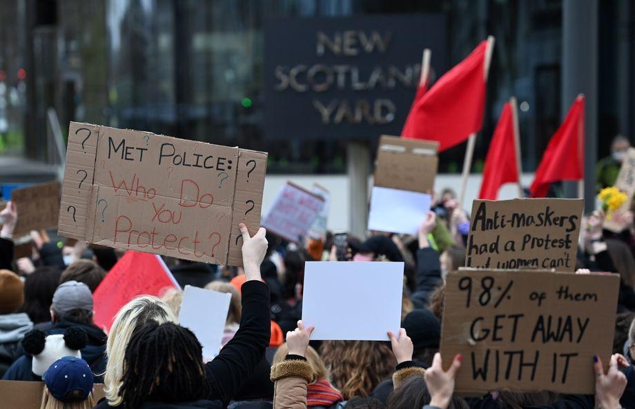 Plakate beim Protest vor Scotland Yard: »Wen beschützt ihr?«, »98 Prozent kommen davon«, »Maskengegner durften demonstrieren, Frauen nicht«