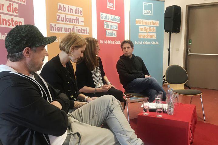 """Kevin Kühnert (r.) mit SPD-Kandidaten: """"Und dann sagen wir hopp oder top"""""""