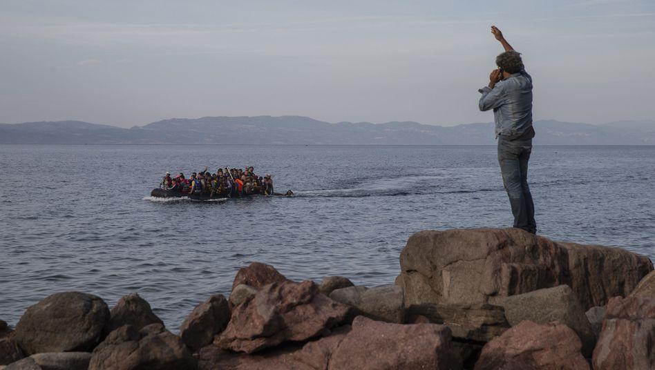 Flüchtlinge auf einem Schlauchboot zwischen Lesbos und der Türkei (Archivbild von 2015)