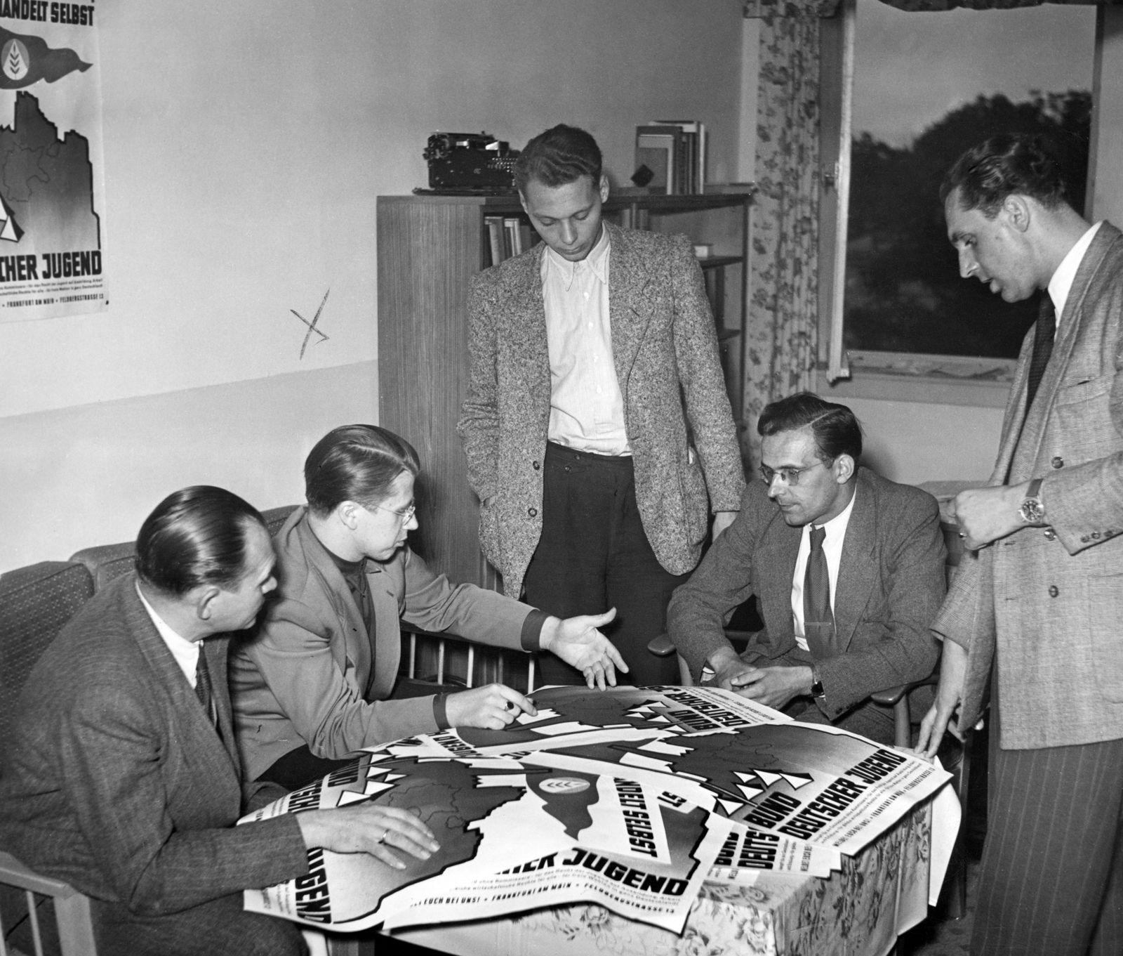 Paul Lüth mit Mitgliedern des Bund Deutscher Jugend, 1953