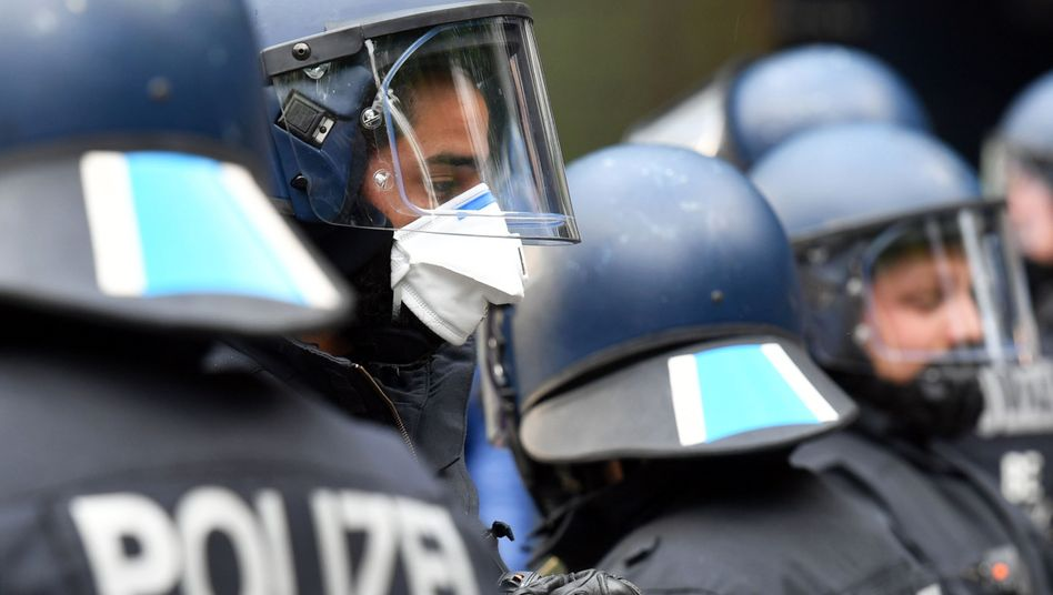 Polizisten bei Demonstration in Berlin, Mai 2020