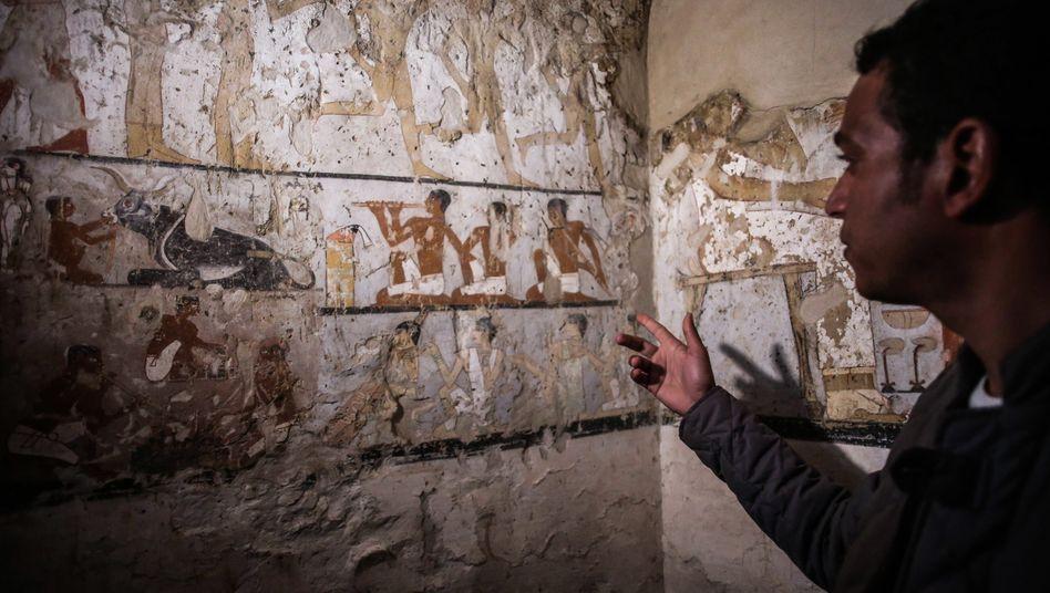 Hieroglyphen in einem Grab in der Nähe der Cheops-Pyramiden in Gizeh