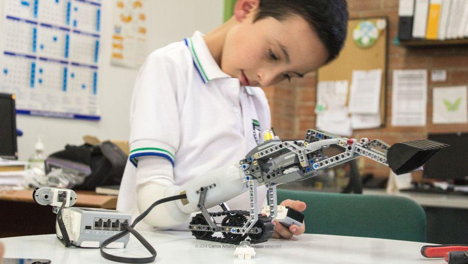 Armprothese mit Lego-Aufsatz: Ein Designer will Prothesen für Kinder zu einem spannenden Spielzeug machen
