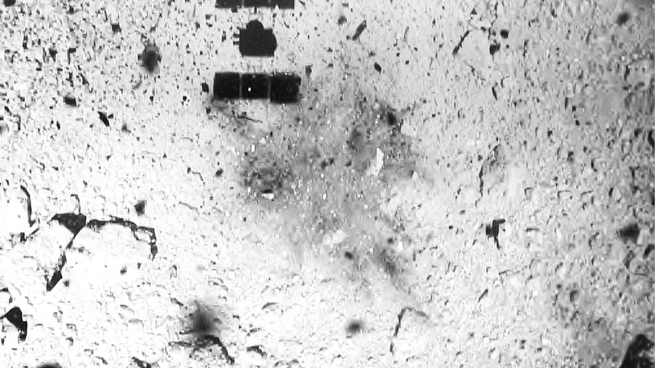 """Der schwarze Schatten zeigt """"Hayabusa 2"""" bei der ersten Landung auf dem Asteroiden"""