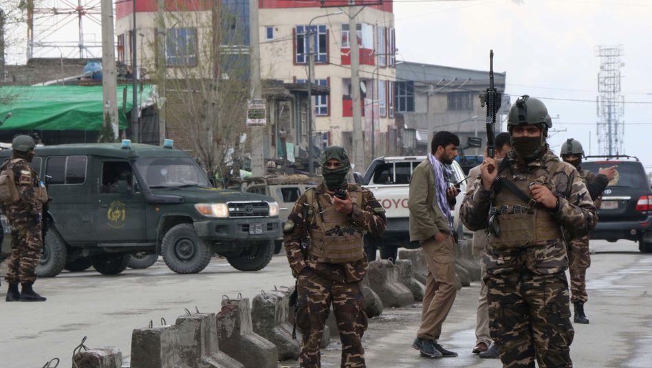 Einsatzkräfte vor dem abgeriegelten Tatort in Kabul