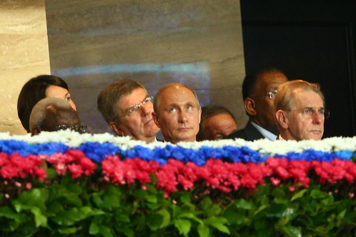 Diack (links), Russlands Präsident Putin: WM 2013 Teil eines Deals?