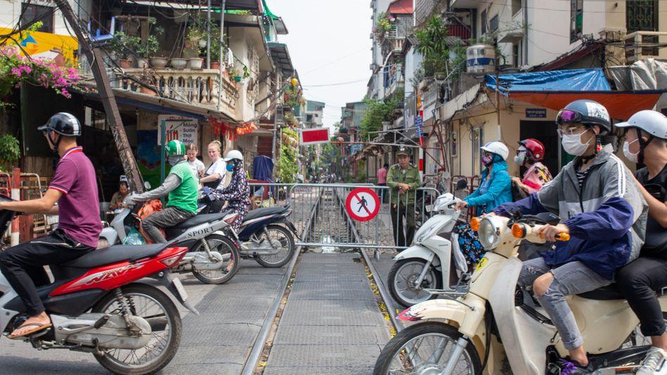 """Betreten verboten! Dieser Abschnitt der """"Train Street"""" ist nun für Fußgänger gesperrt"""