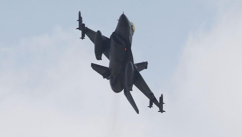 """Ein türkischer F-16-Jet: """"Luftangriffe ausgeführt"""""""