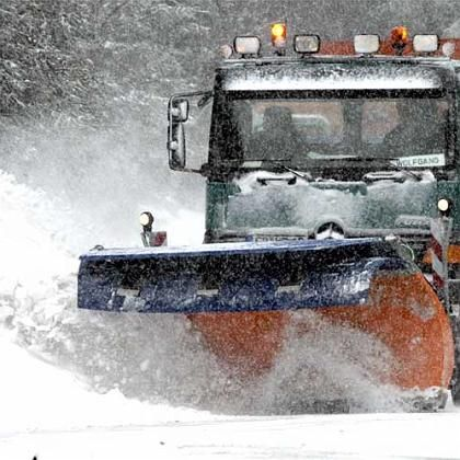 Winter 2007: Ein Schneepflug räumt eine Straße im Schwarzwald. Am Freitag droht ein blitzartiger Wintereinbruch in ganz Deutschland