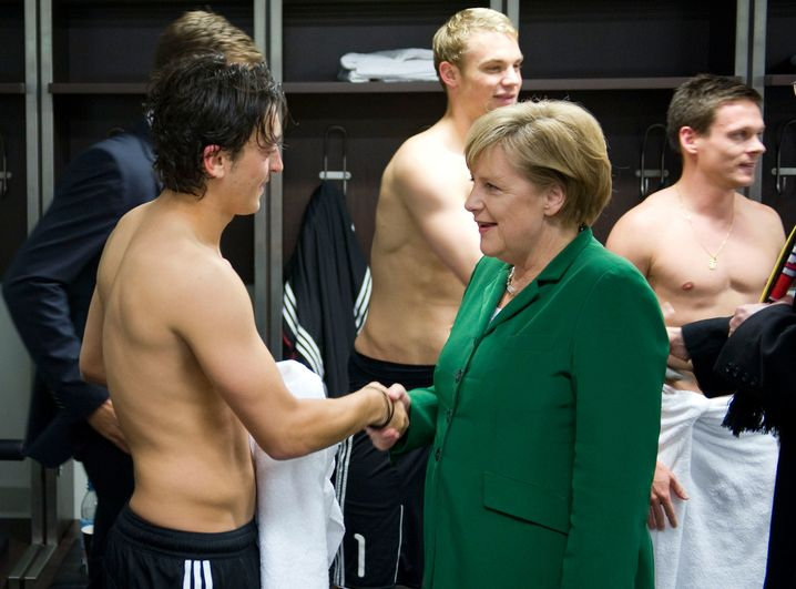 Merkel besucht die Nationalmannschaft in der Kabine