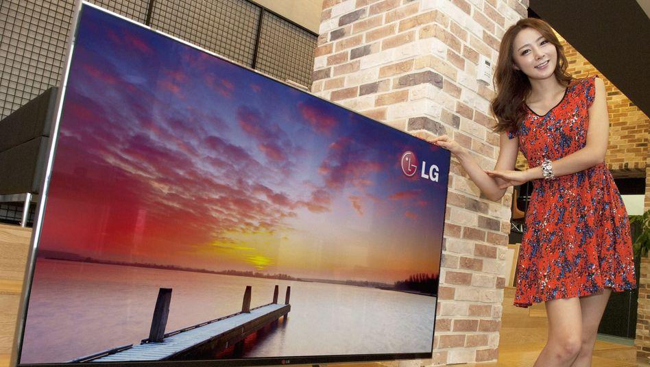 Model zeigt Smart-TV von LG: Der Fernseher guckt zurück