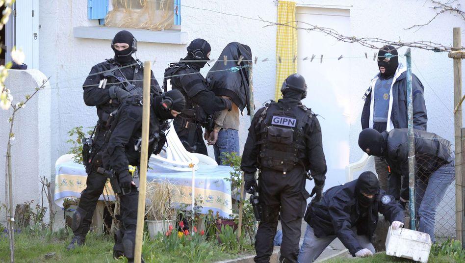 Razzia der Polizei in Coueron im Westen Frankreichs: Waffen beschlagnahmt