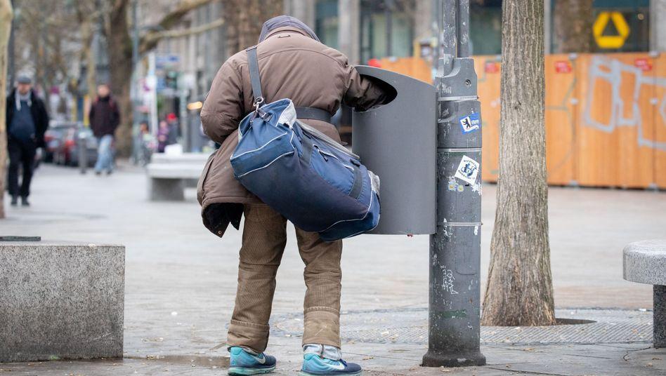 Ein Flaschensammler in Berlin: Menschen ohne Job haben ein höheres Sterberisiko