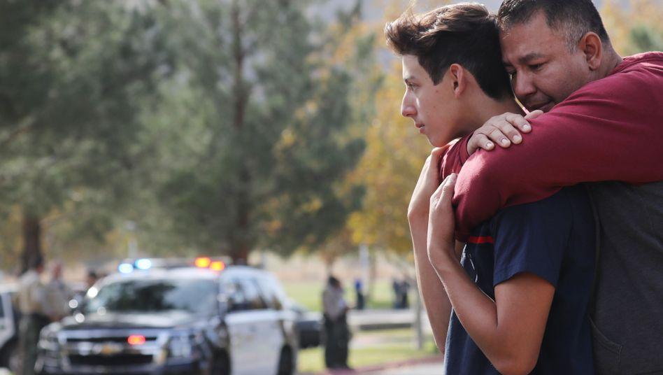 Unter Schock: Nach dem Schusswaffenangriff an einer Highschool nördlich von Los Angeles umarmt ein Vater seinen Sohn
