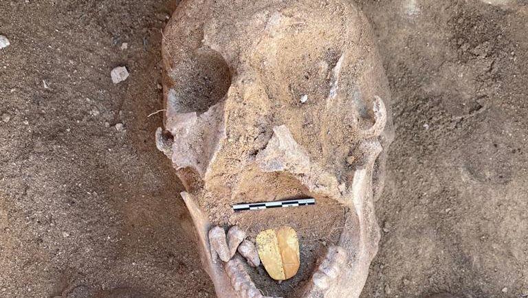 Archäologen haben an der ägyptischen Mittelmeerküste zwei Mumien mit goldener Zunge entdeckt.